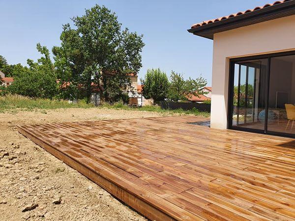 terrasse en bois entourant une maison dans un troisème angle
