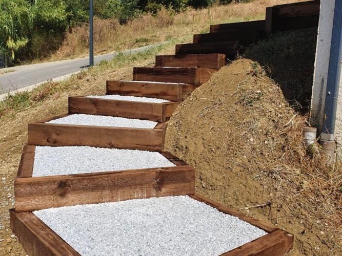 réalisation d'un escalier en bois et en pierre dans un jardin