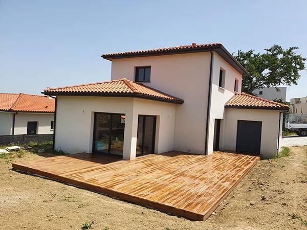 terrasse en bois entourant une maison